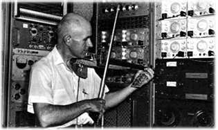 Max Mathews playing a violin at Bell Telephone Labs (1970)
